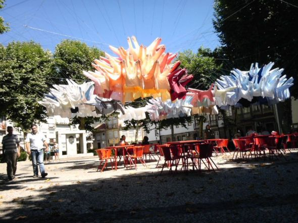 Installation de chemises in situ sur une placette de Guimaraes, Capitale européenne de la culture 2012