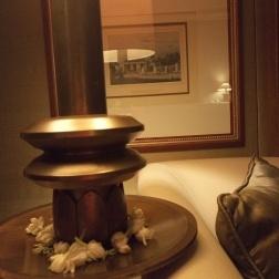 Le jasmin en pied de lampe m'embaume la tête. En fond, ce dessin encadré renvoie à l'univers colonial hollandais. Quand je sors sur la balcon, la nuit chaude rompt le doux sortilège d'une chambre bonbonnière de lhôtel The Dhamarwangsa...