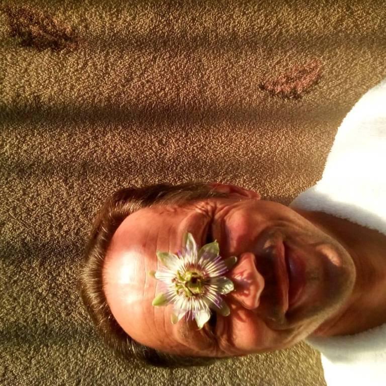 Happy Passiflore face autoretrato with passiflore