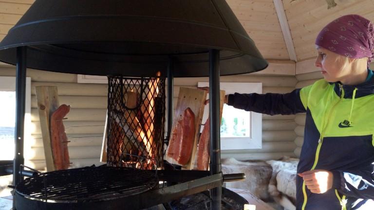 le-saumon-grille-pendant-notre-sauna-d-etape